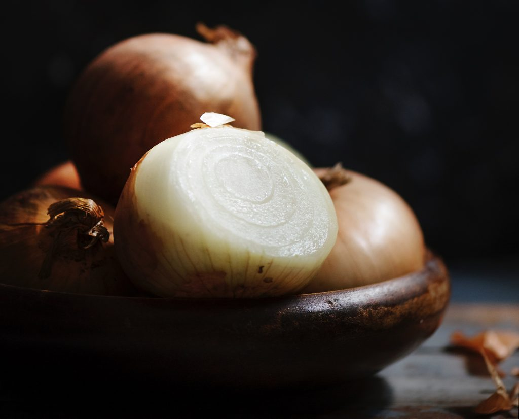 10 foods that can substitute as cleaning supplies_onion
